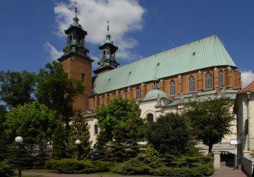 Katedra gnieźnieńska pw. Wniebowzięcia NMP, sanktuarium św. Wojciecha. Jest trzecim kościołem wzniesionym na Wzgórzu Lecha. Pierwszy kościół pobudował książę Mieszko I przed 977